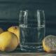 citroenen bij glas water